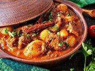 Печен телешки джолан с картофи и зеленчуци в глинен гювеч (гърне) на фурна